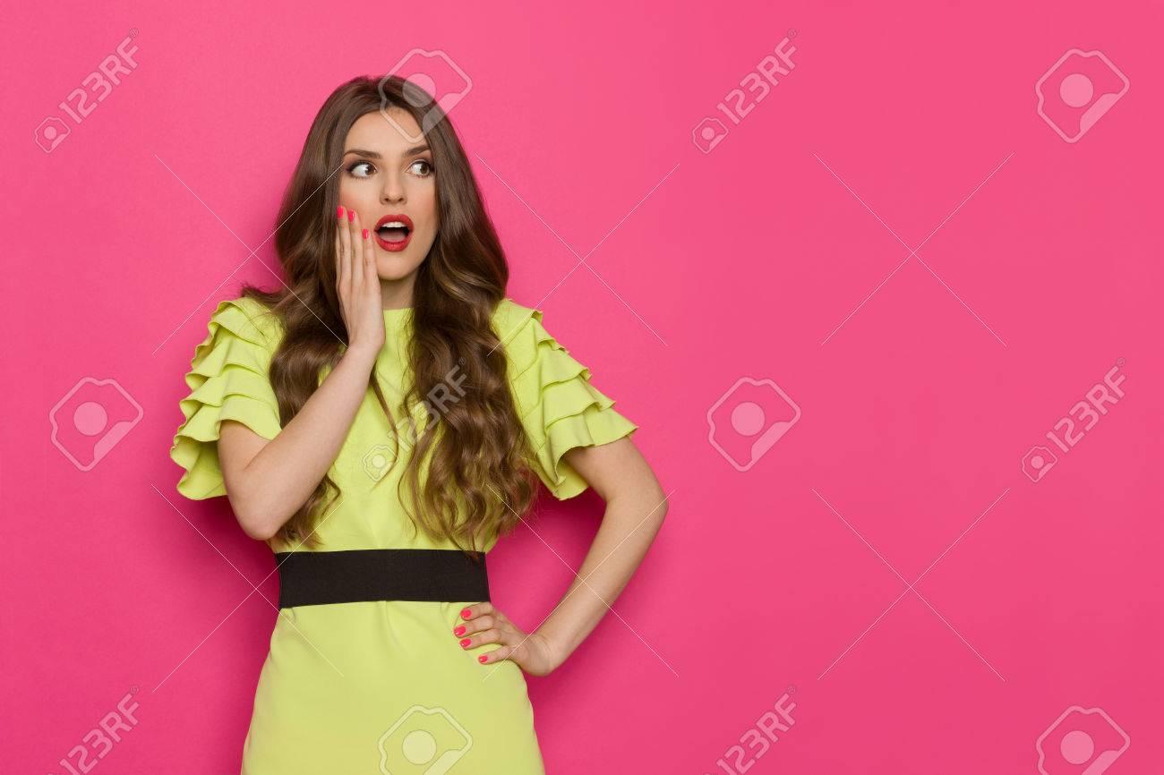 La Mujer Joven Sorprendida En Vestido De La Verde Lima Está Llevando ...