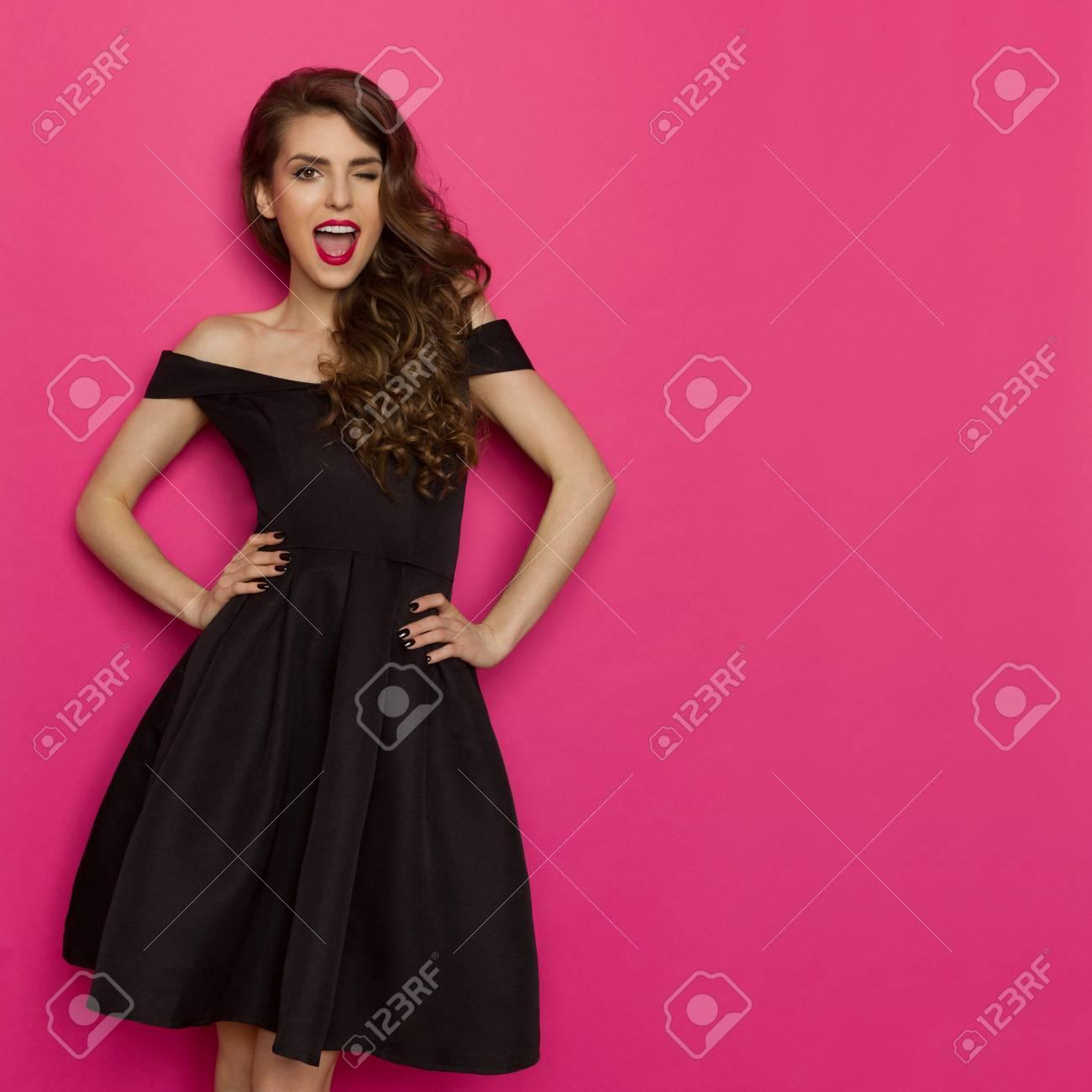 70ca3fe01a0 Belle Jeune Femme En élégante Robe De Cocktail Noir Se Tient La Main Sur La  Hanche