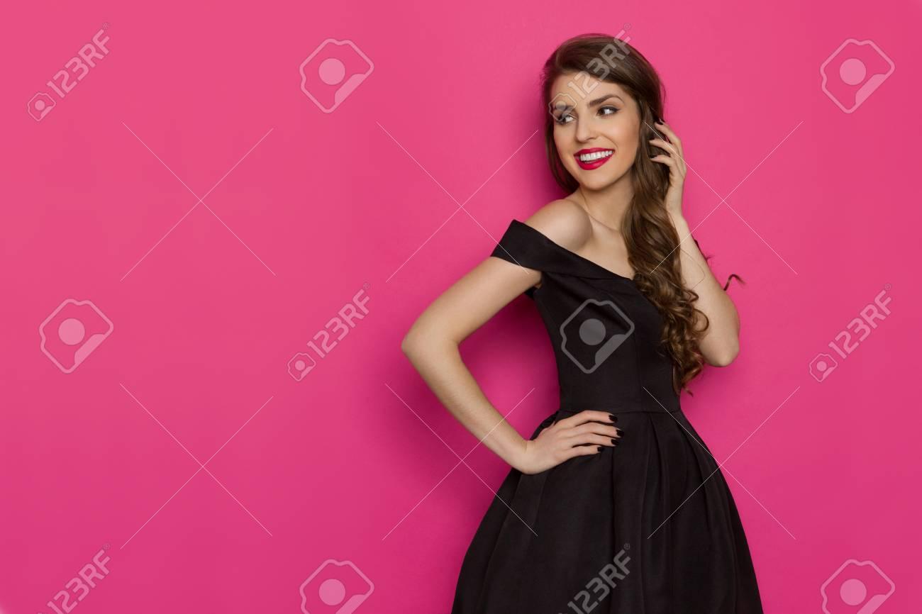 Schöne Junge Frau Im Eleganten Schwarzen Cocktailkleid Schaut Zurück ...