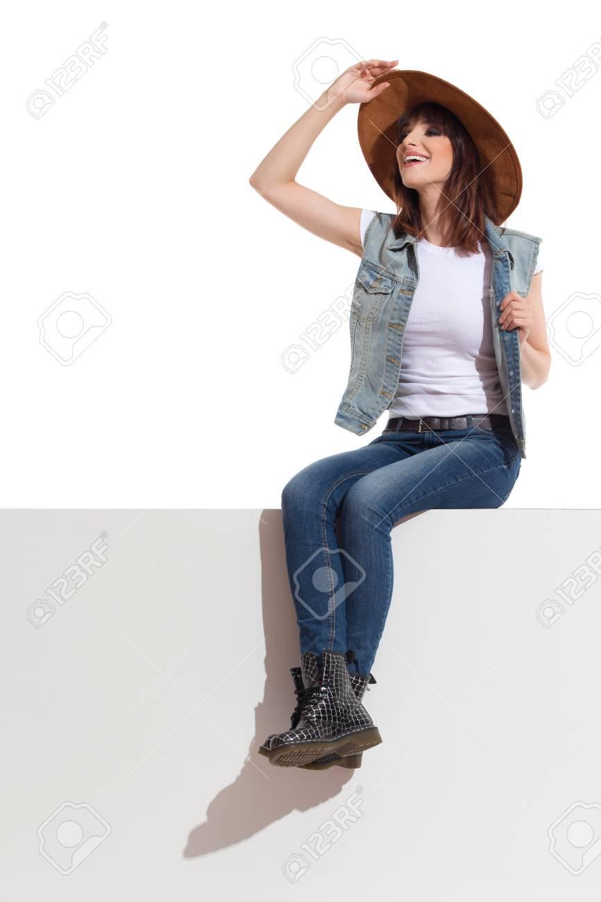 Donna Maglia Immagini Jeans Di Giovane Stock E La Neri Stivali In f7wqBRw