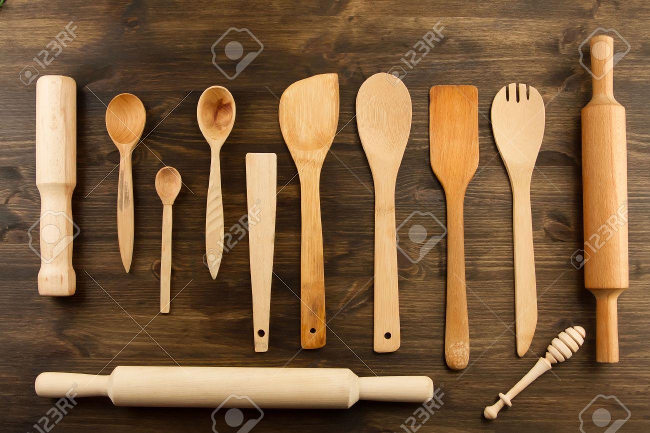Utensili Da Cucina Su Sfondo Di Legno. Cucchiaio, Malta, Cucina ...