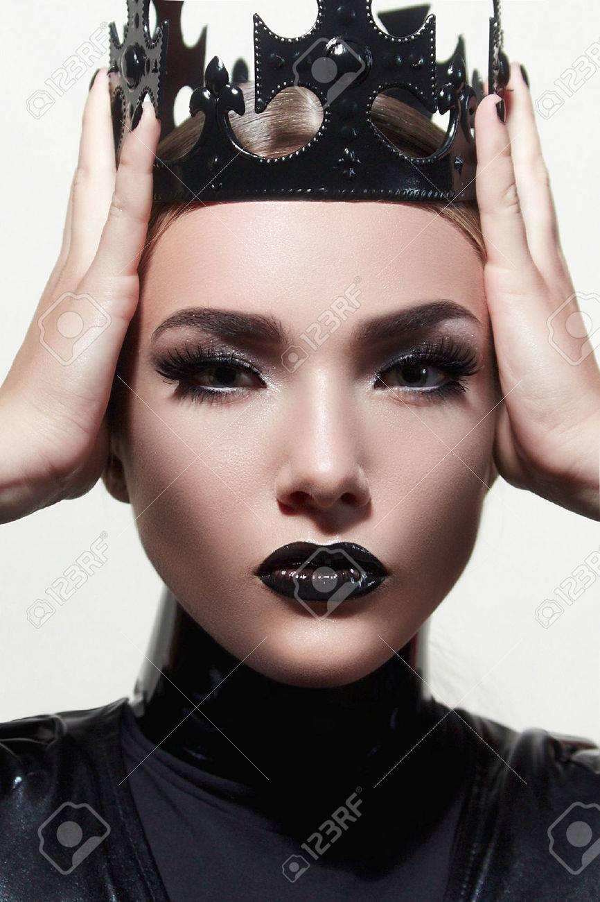 Reine Noire Coiffures à La Mode Belle Maquillage Beau Visage
