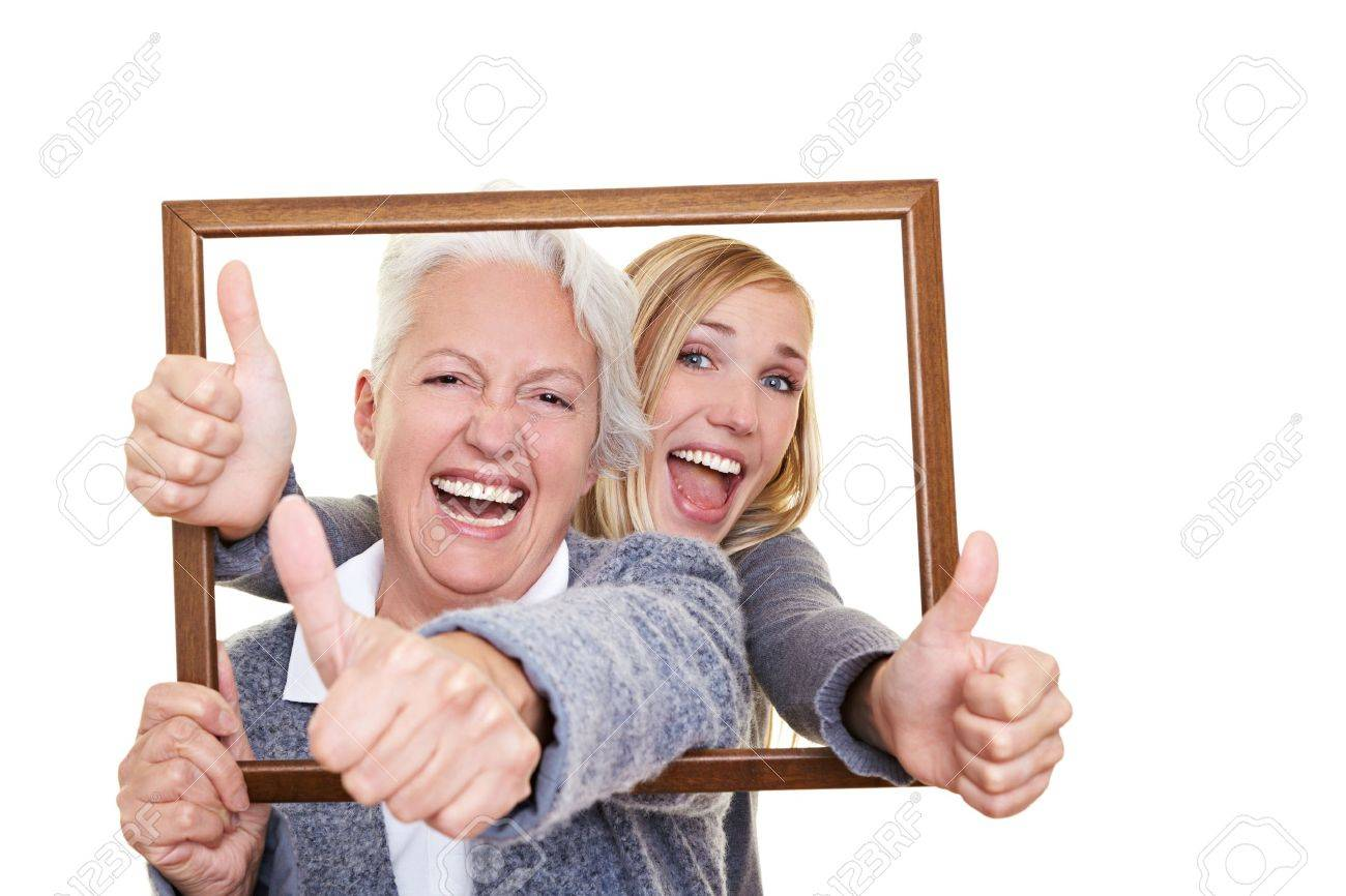 Abuela Y Nieta Mirando A Través De Un Marco Vacío Fotos, Retratos ...