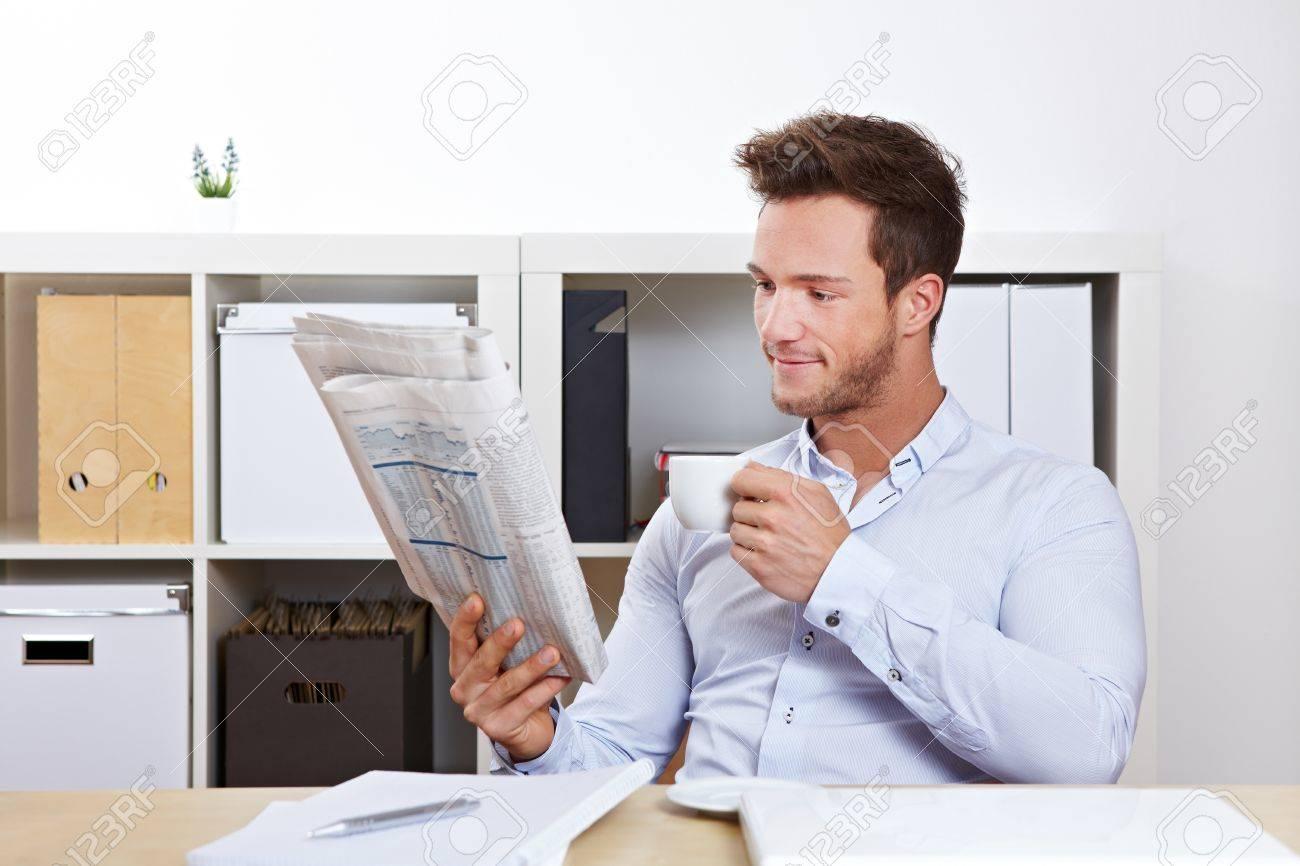 Tudiant du collège à la lecture bureau marché de l emploi de l