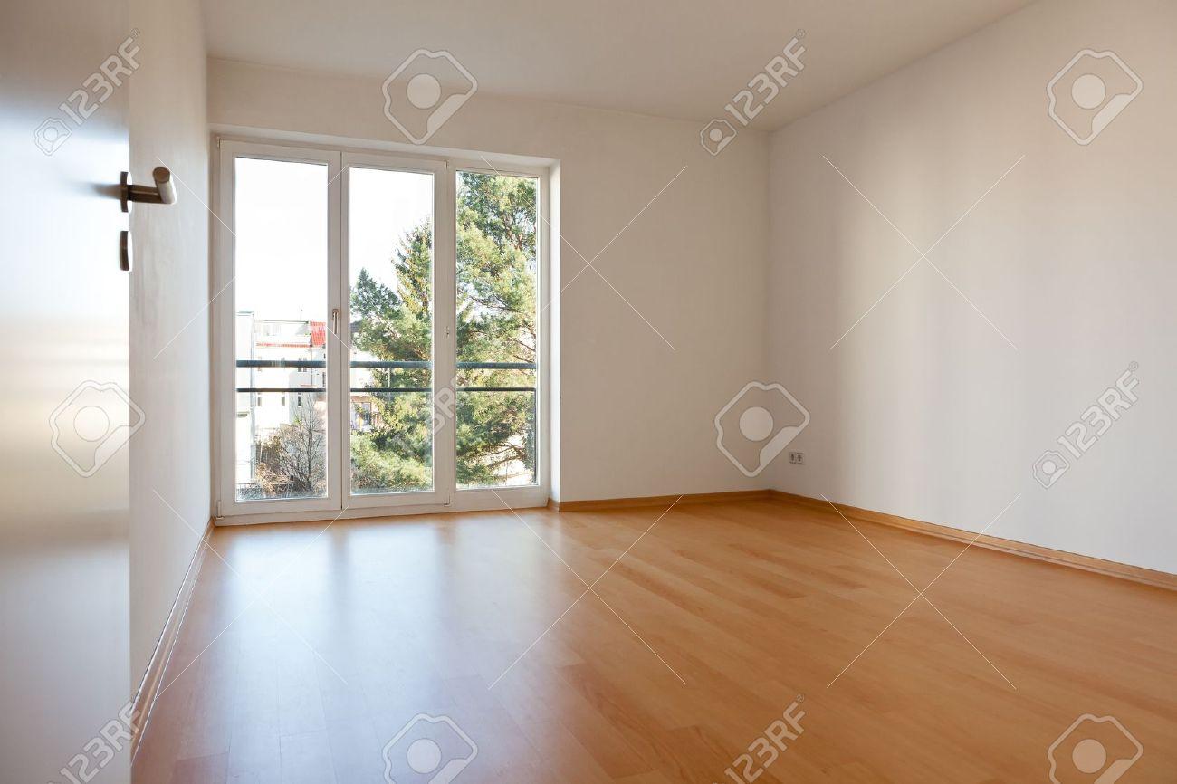 Fabuleux Chambre à Vide Avec Parquet Et Murs Blancs Dans Un Appartement  HP97