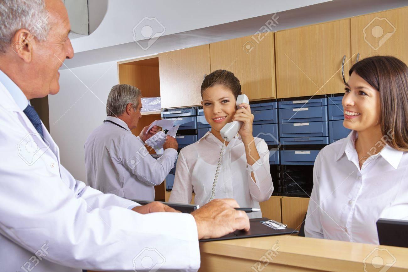 Besetzt Empfang In Einem Krankenhaus Mit Ärzten Und Rezeptionisten ...