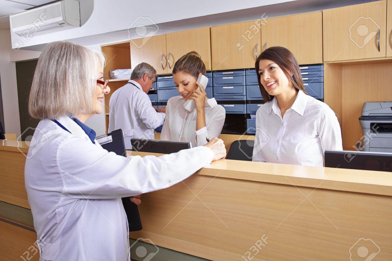 Leitender Arzt Im Gespräch Mit Der Rezeption Im Krankenhaus Empfang ...