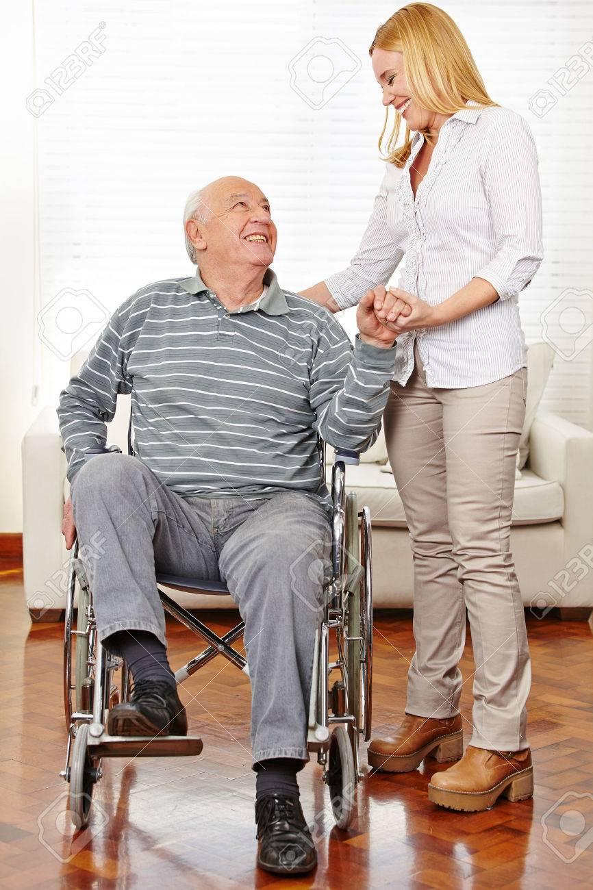 Lächeln Betreuer Helfen Senioren Mann Im Rollstuhl Aufstehen