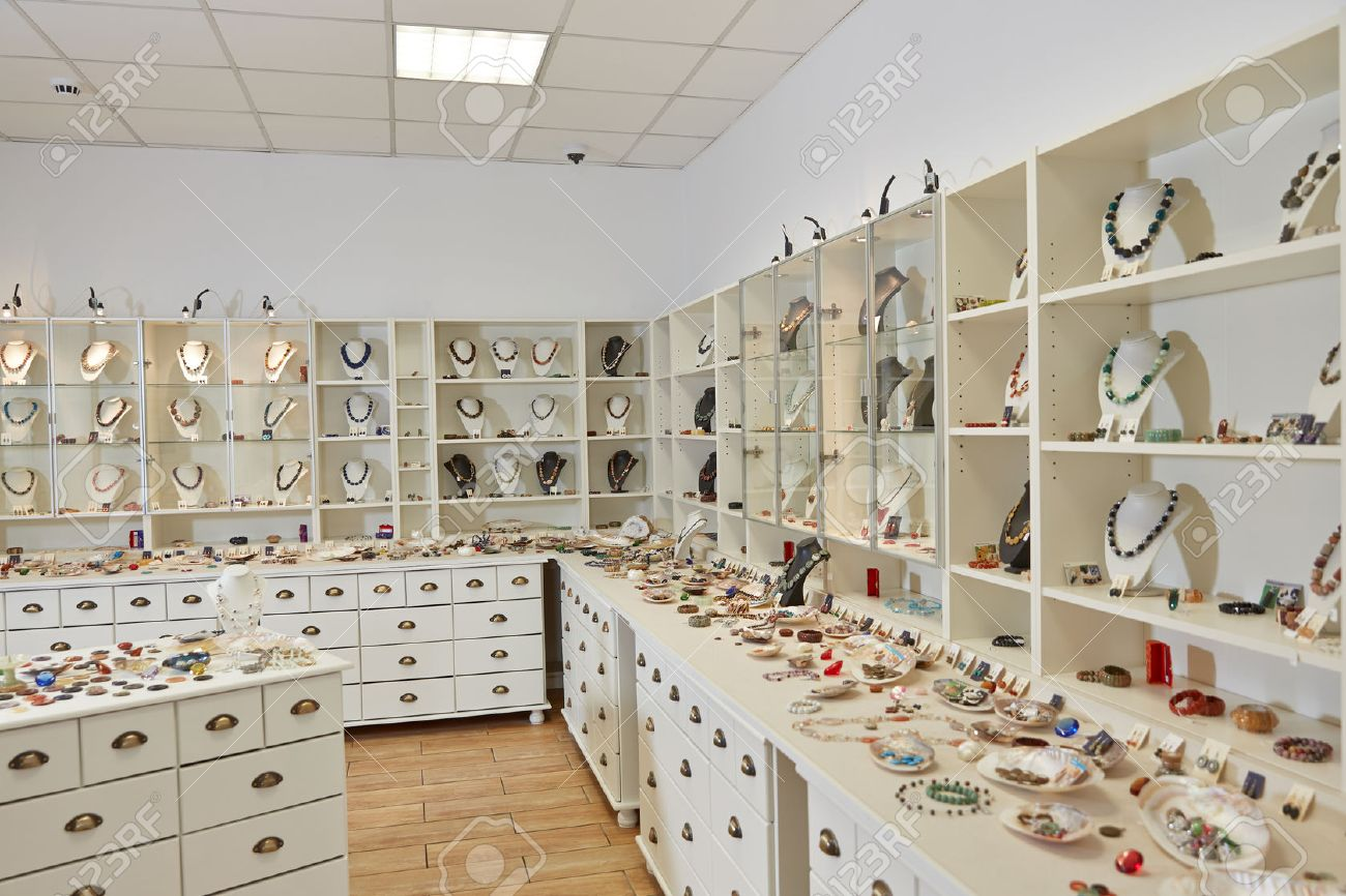 ea773dcc390e Foto de archivo - La decoración interior de la tienda de joyería con  estantes de exhibición de la exposición