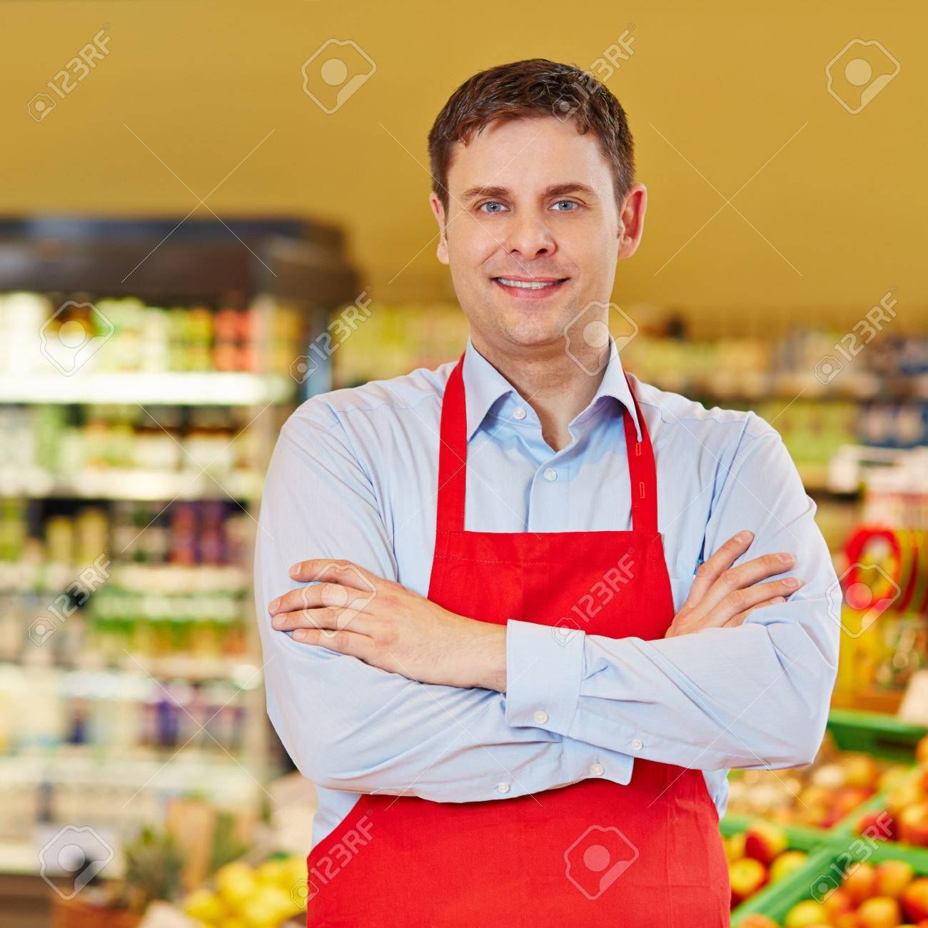 Portrait Der Glücklichen Einzelhandelskaufmann In Einem Supermarkt
