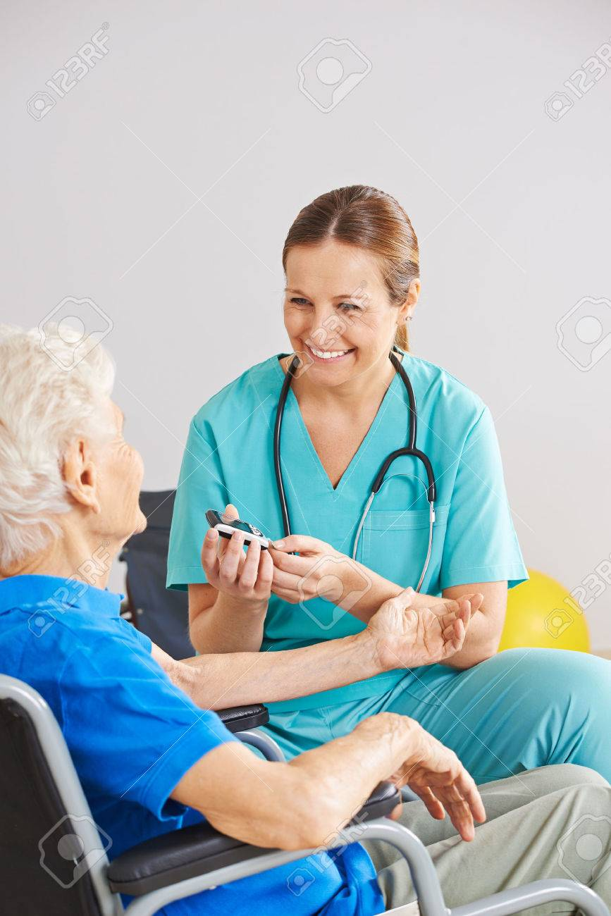 Geriatric aidant à faire du sang monitorin de sucre pour le vieux patient diabétique Banque d'images - 52996643