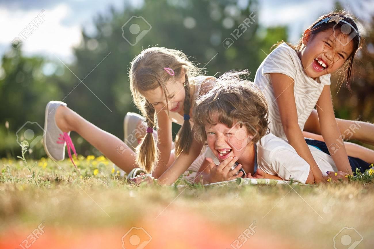 enfants heureux de jouer et avoir du plaisir en été Banque d'images - 55606021