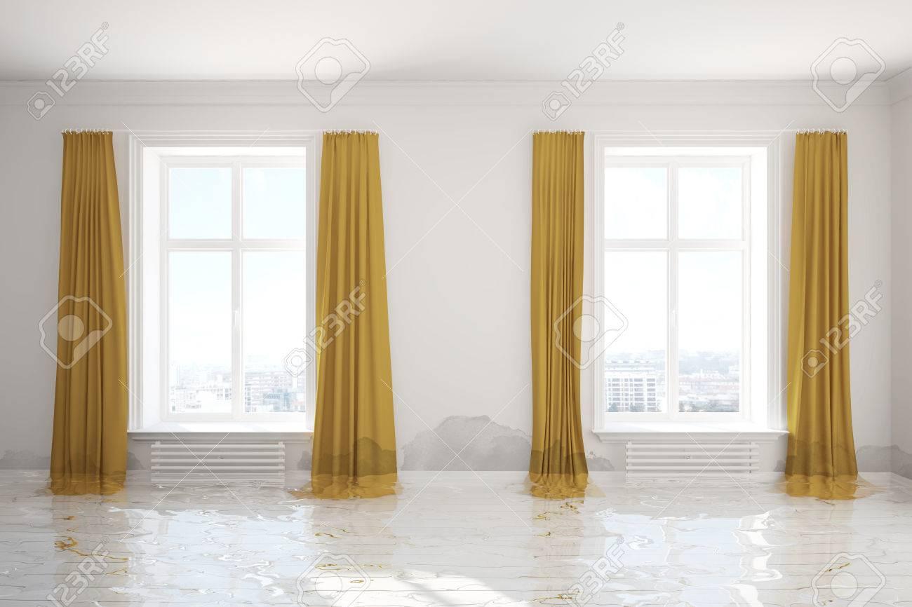 Water damager na overstromingen in de kamer met schimmel op de muur
