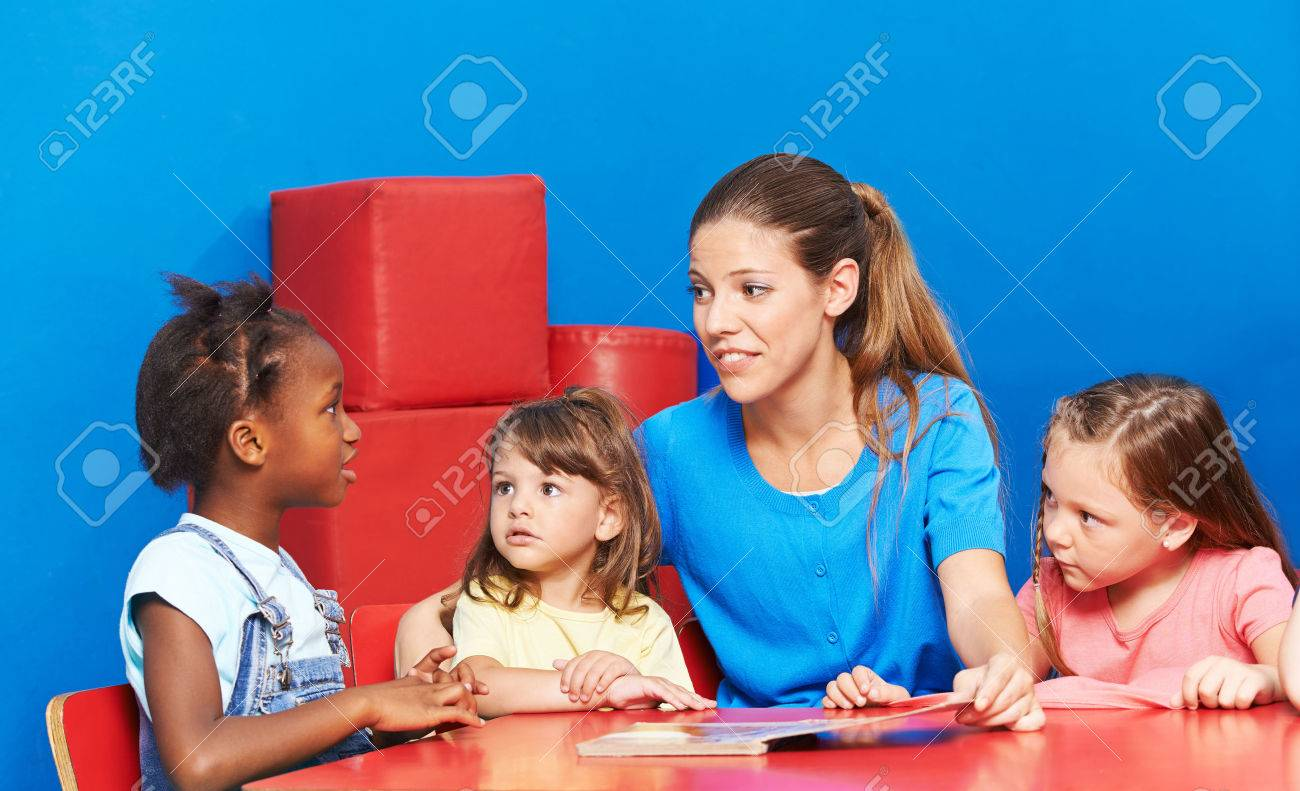 Children talking during language promotion in kindergarten with speech therapist Banque d'images - 61079525