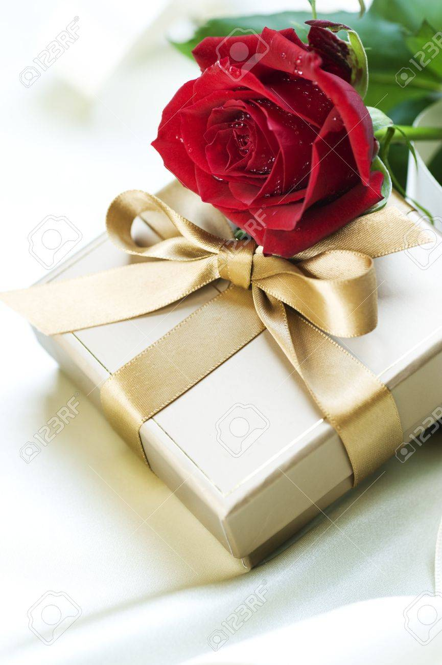 Gift and red Rose Stock Photo - 8720871