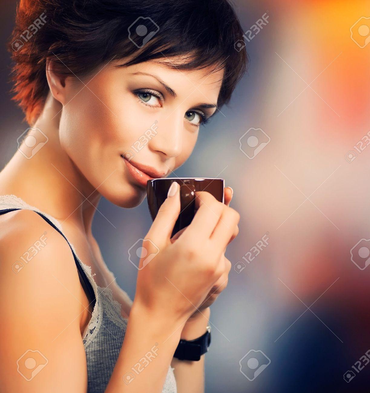 Фото красивая девушка и кофе