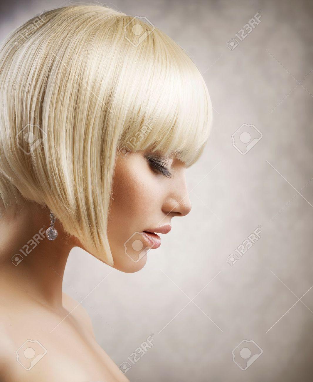 corte de pelo muchacha hermosa con el peinado corto saludable pelo rubio foto de archivo