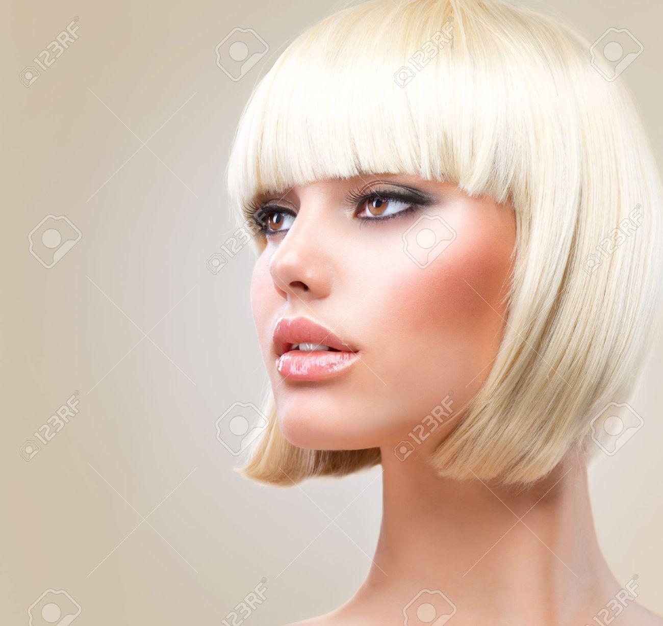 corte de pelo hermosa chica con el sano estilo de pelo corto pelo rubio foto de