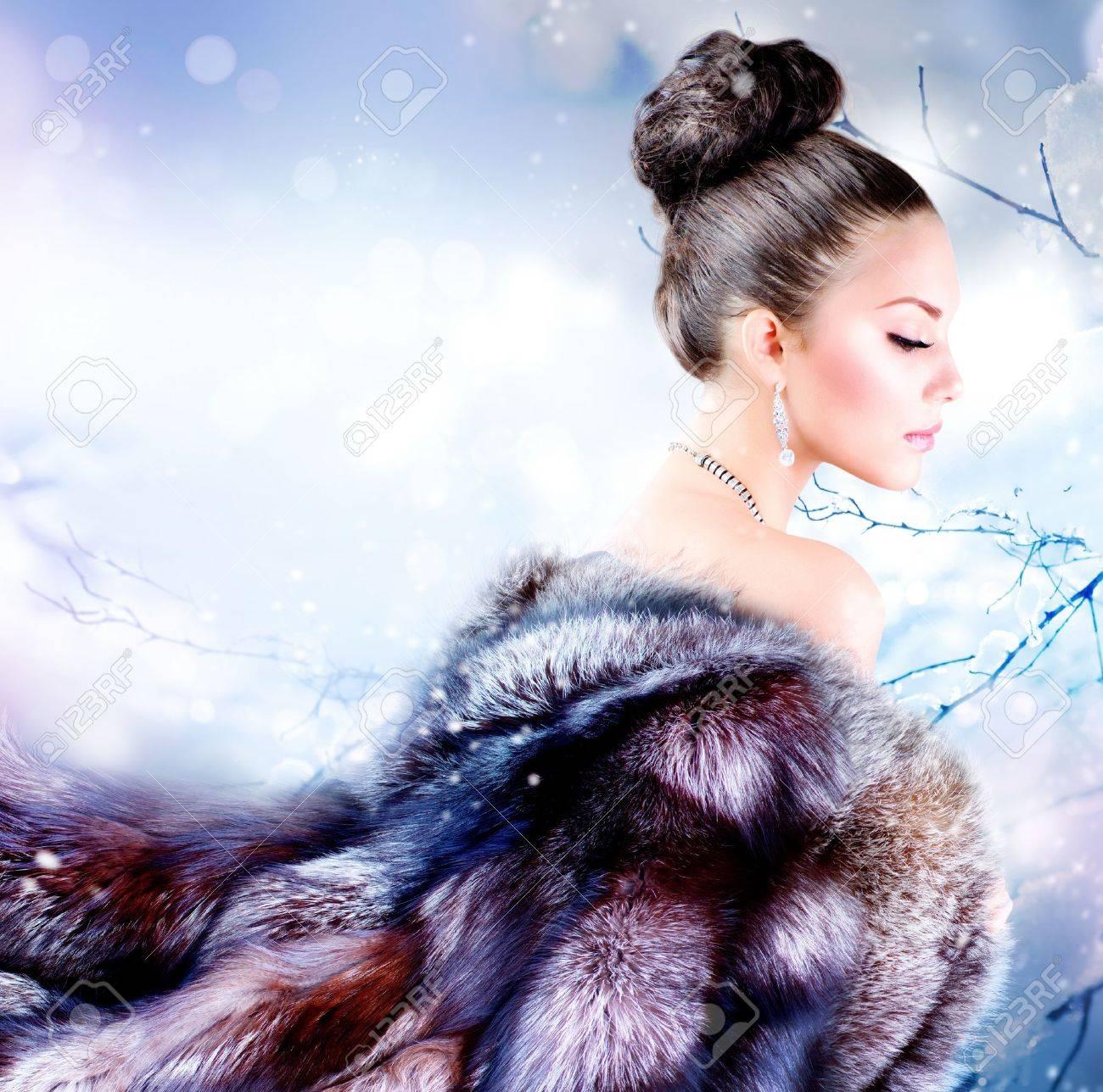 Winter Girl in Luxury Fur Coat Stock Photo - 15044013