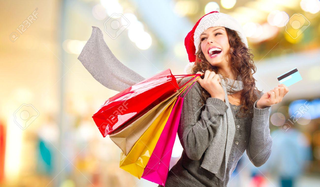 Christmas Shopping Mädchen Mit Kreditkarte In Shopping Mall Vertrieb ...