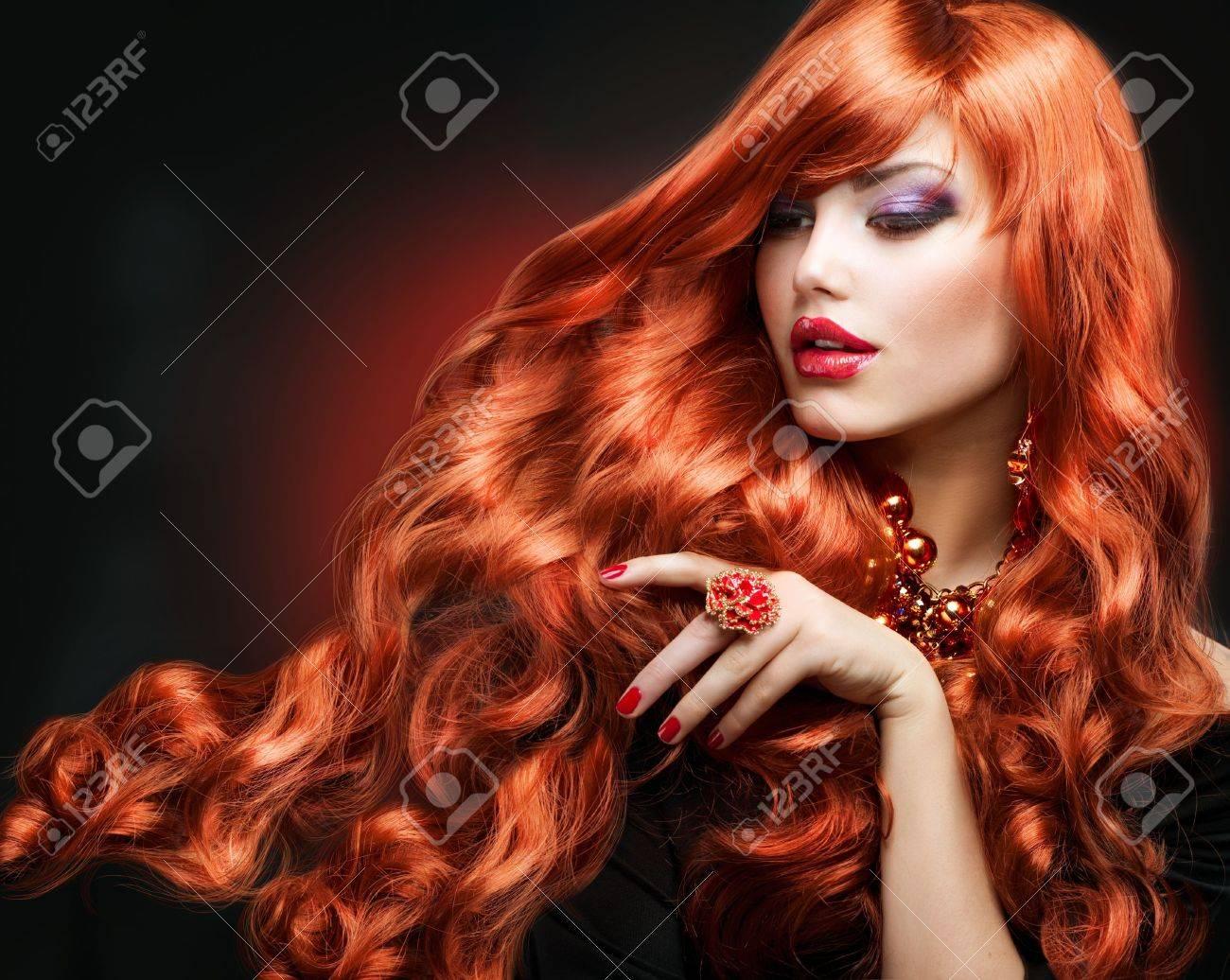 赤髪ファッションの少女の肖像画の長い巻き毛 写真素材 , 17602615