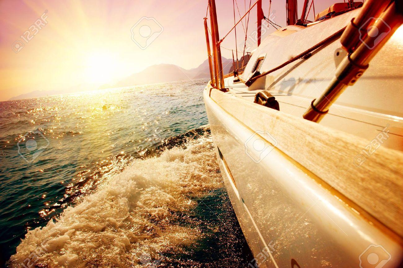 Segeln sonnenuntergang  Yacht Sailing Gegen Sonnenuntergang Segelboot Yachting Segeln ...