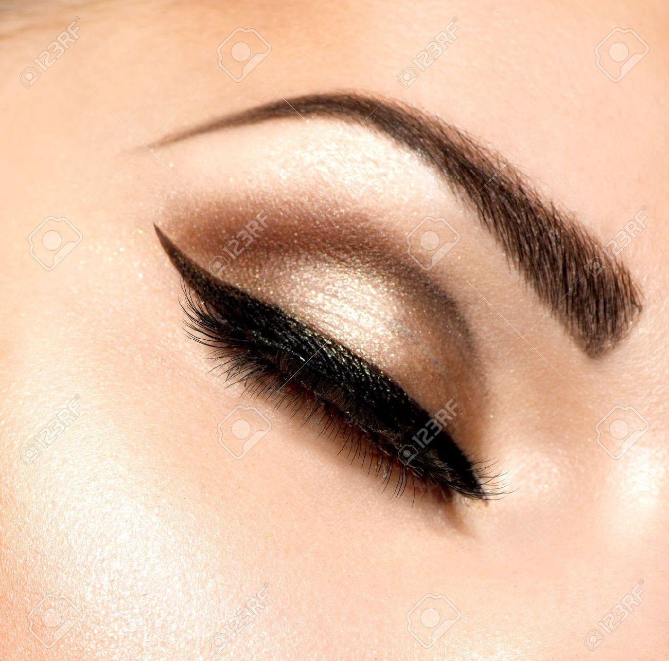 Beautiful Eyes Retro Style Make-up - 19225067