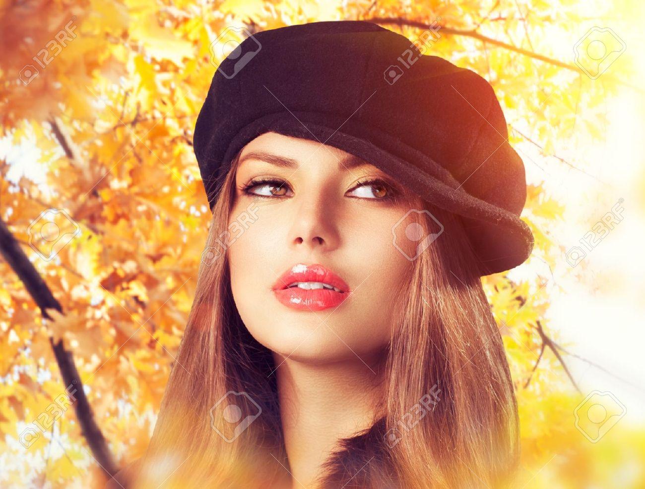 Autumn Woman in a Beret Hat Fashion Autumn Wear Stock Photo - 21563952 95b2aff5105