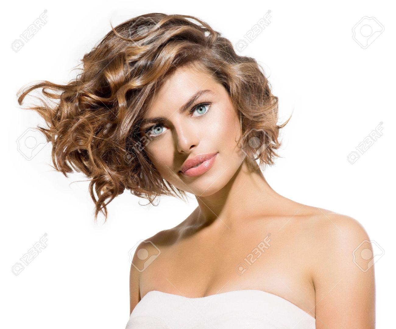 belleza mujer joven retrato en blanco pelo rizado corto foto de archivo
