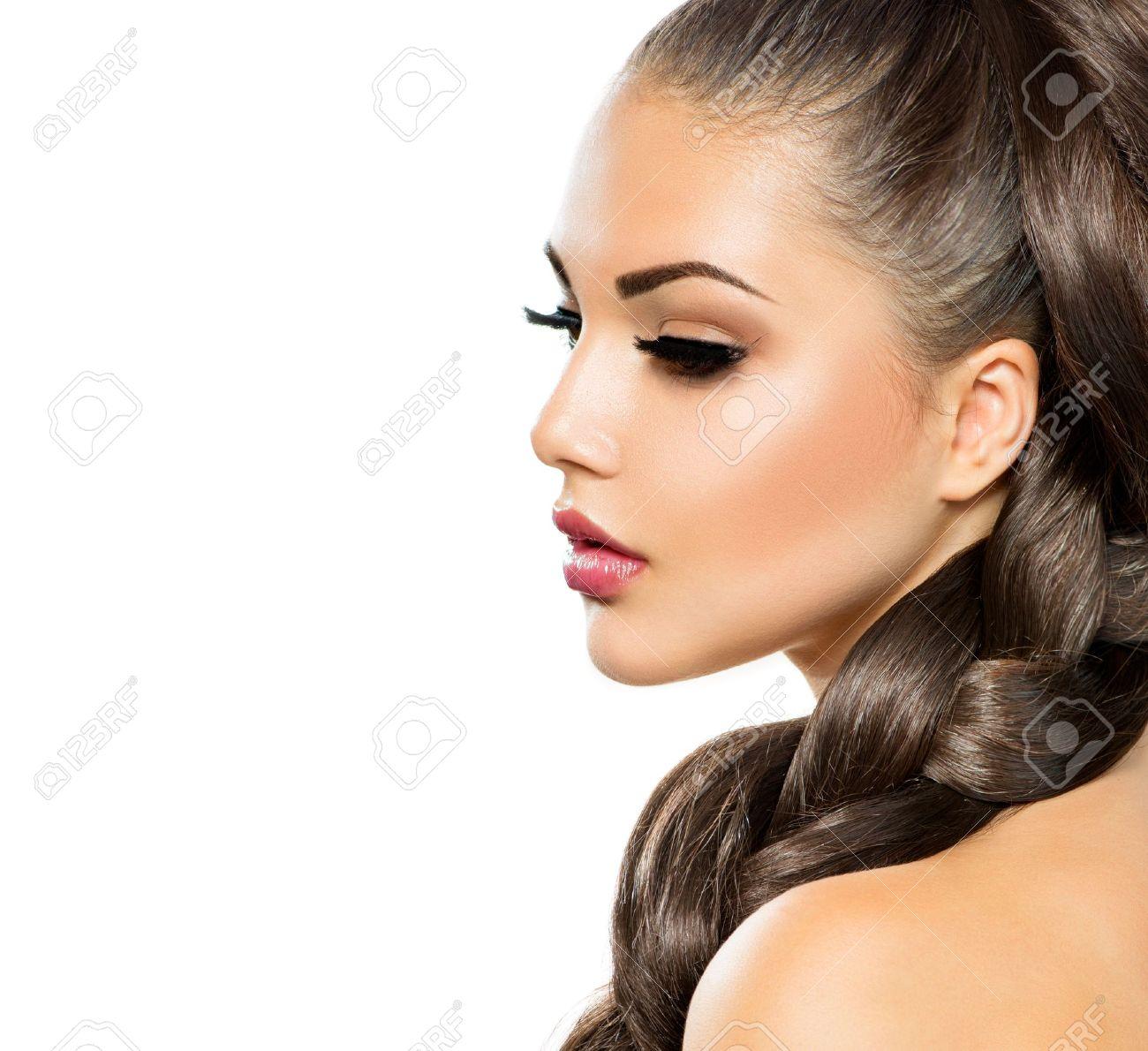 trenza trenza del pelo de mujer hermosa con el pelo largo sano