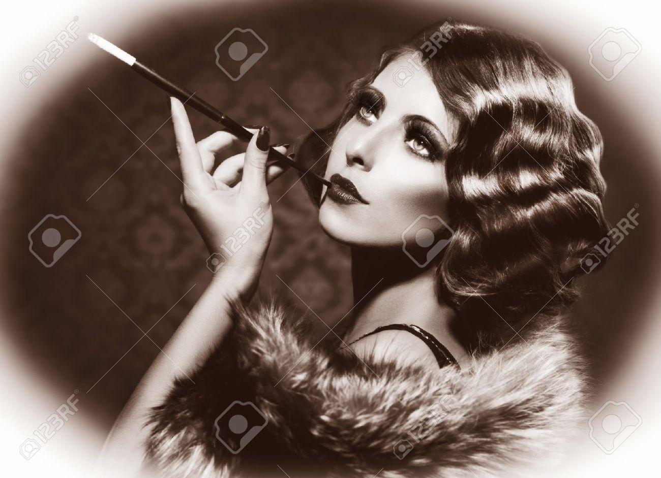 Très Smoking Retro Woman Vintage Styled Black And White Photo Stock  EP38