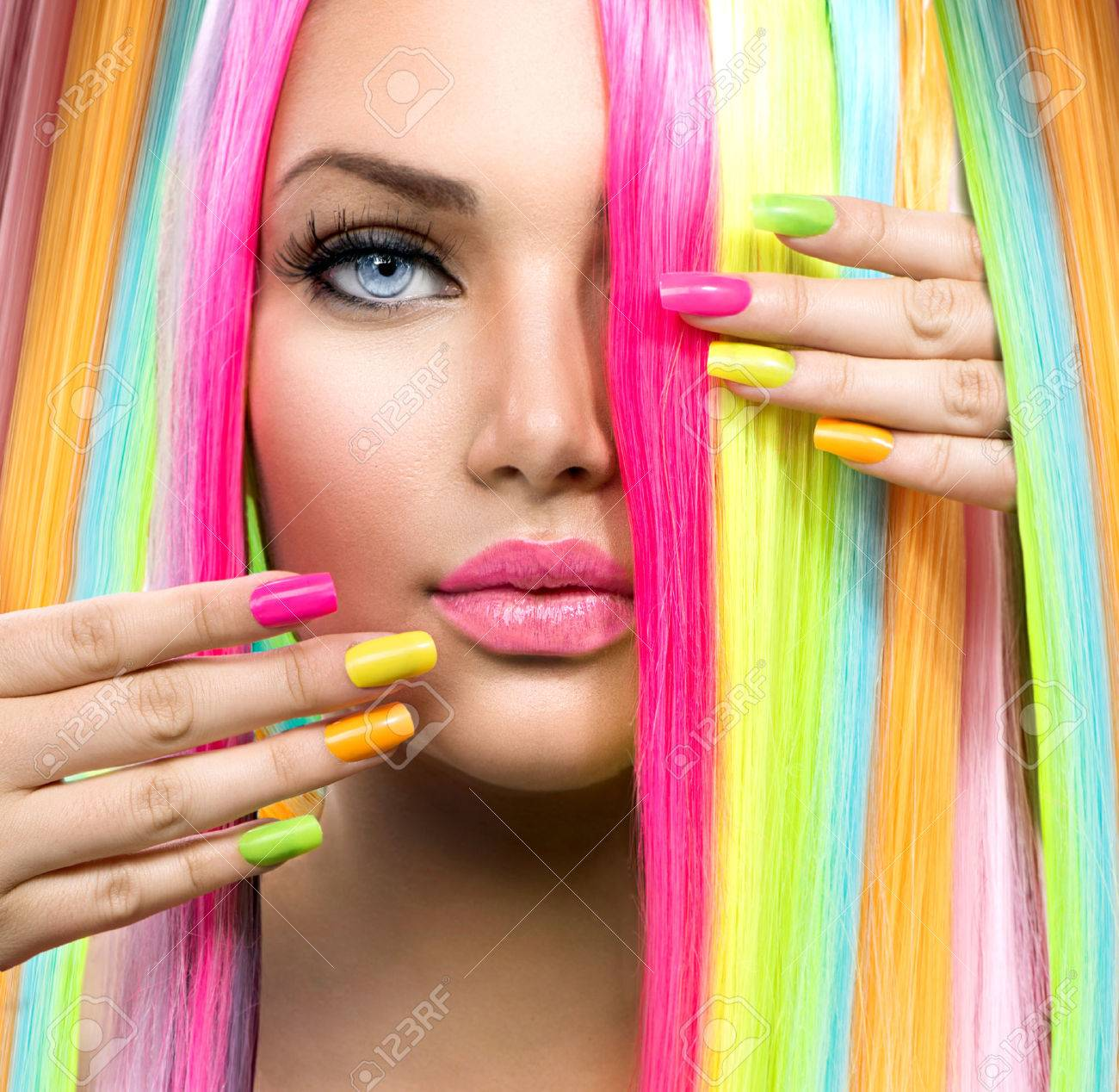 banque dimages fille de beaut avec le maquillage color portrait cheveux et vernis ongles - Colori Maquillage