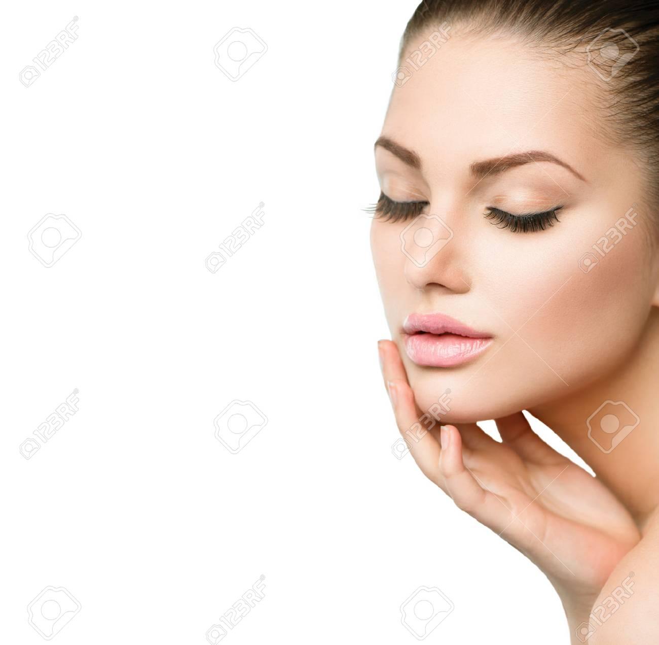 b6086335a4b7fa Banque d images - Beauté Spa Portrait de femme belle fille de toucher son  visage