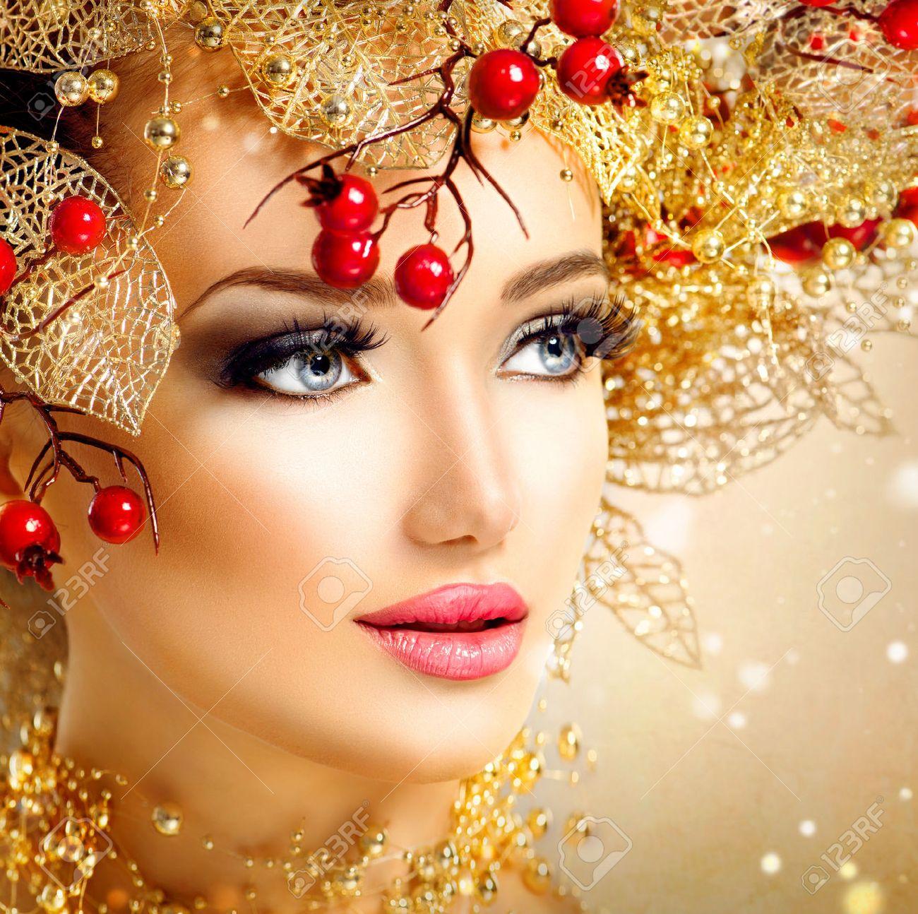 33708772-No-l-mannequin-fille-avec-coiffure-et-maquillage-d-or-Banque-d'images