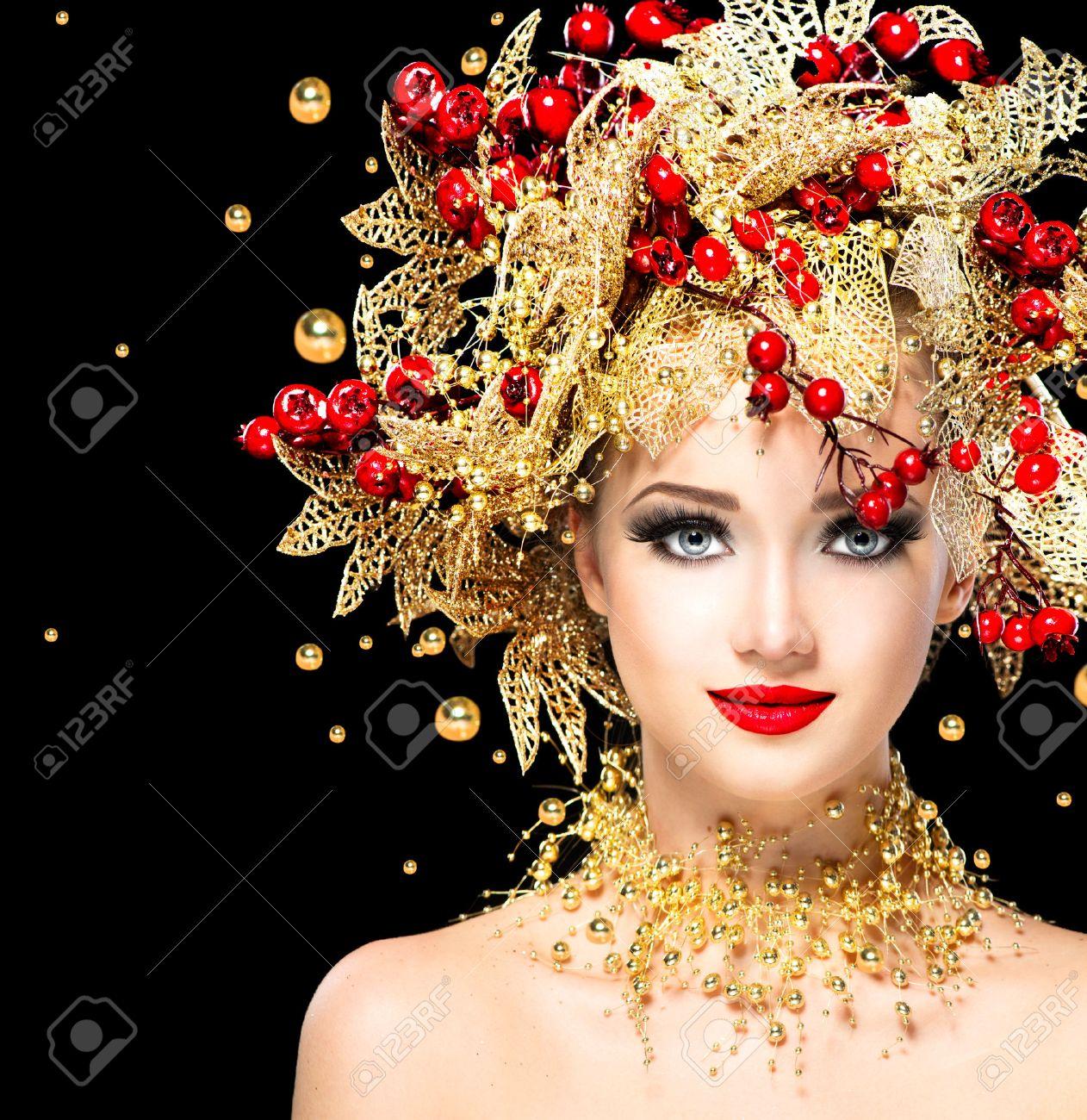 Foto de archivo , Navidad invierno chica modelo de la moda con el peinado de oro