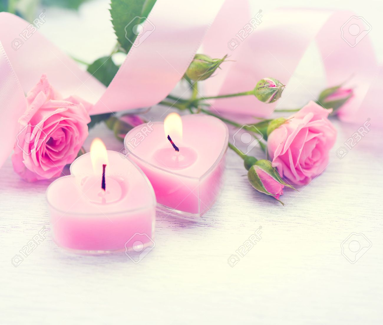 saint valentin. coeur rose en forme de bougies et de fleurs rose