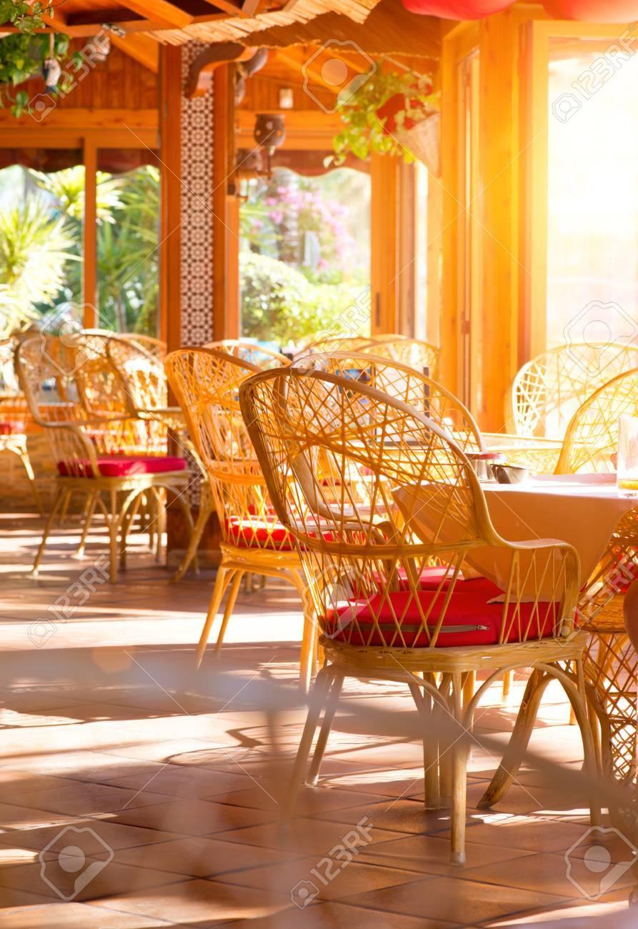 Interior Del Restaurante Terraza De Verano Café Con Mesas Y Sillas De Mimbre