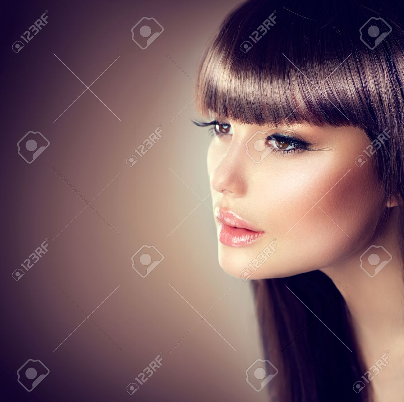Beauty woman with beautiful make up and healthy smooth brown hair Stock Photo - 47190372