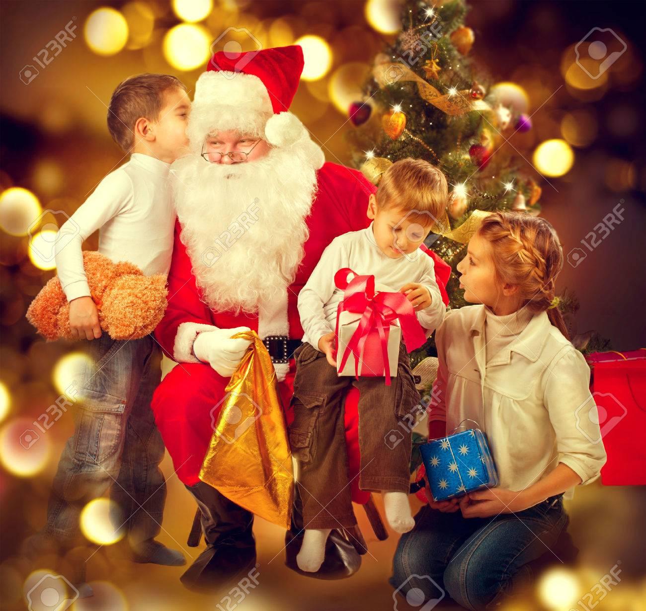 Immagini Di Natale Bambini.Babbo Natale Che Da I Regali Di Natale Ai Bambini Scena Di Vacanza Di Natale