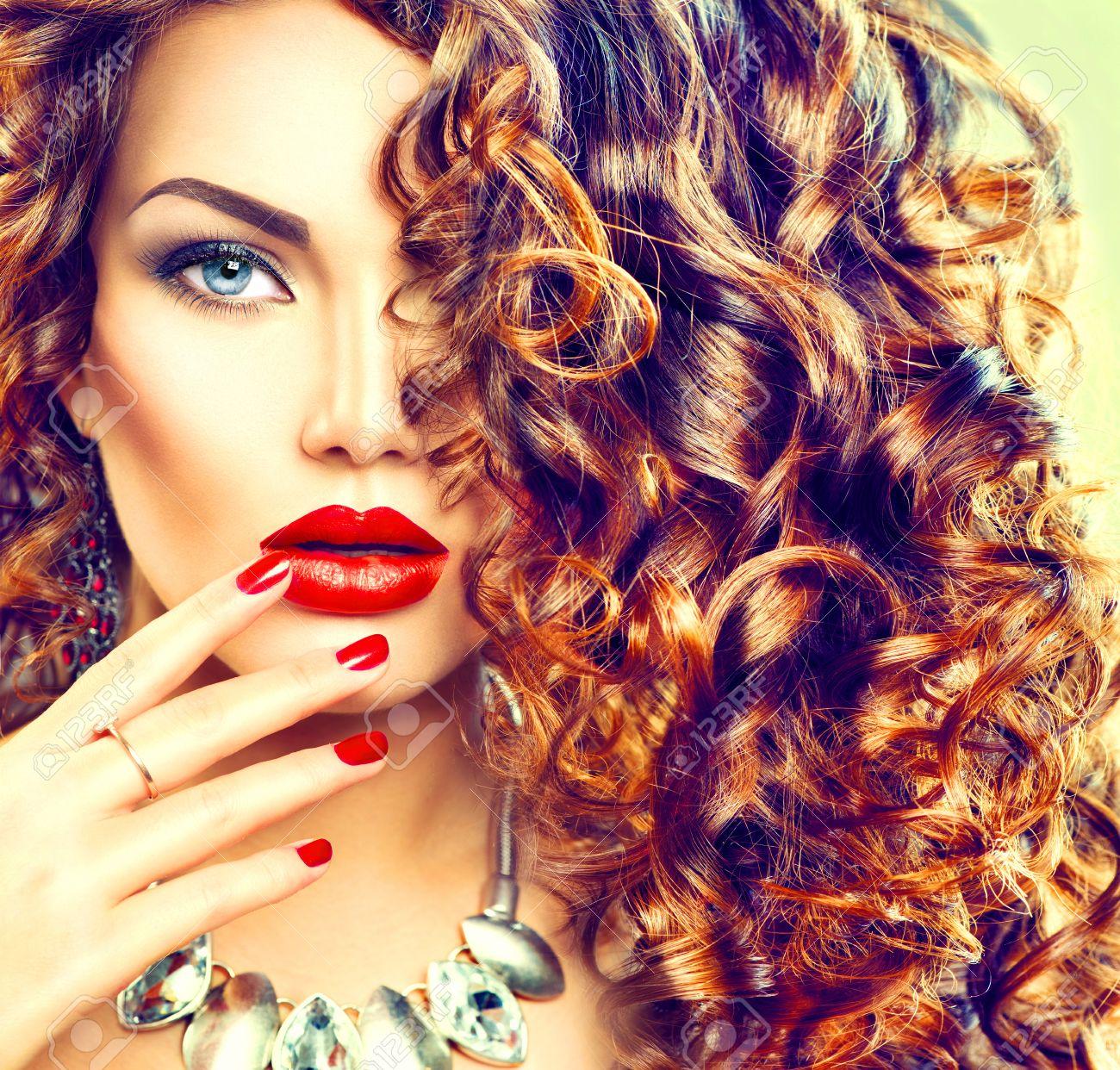 cabello rizado largo mujer joven de la belleza morena con el pelo rizado maquillaje
