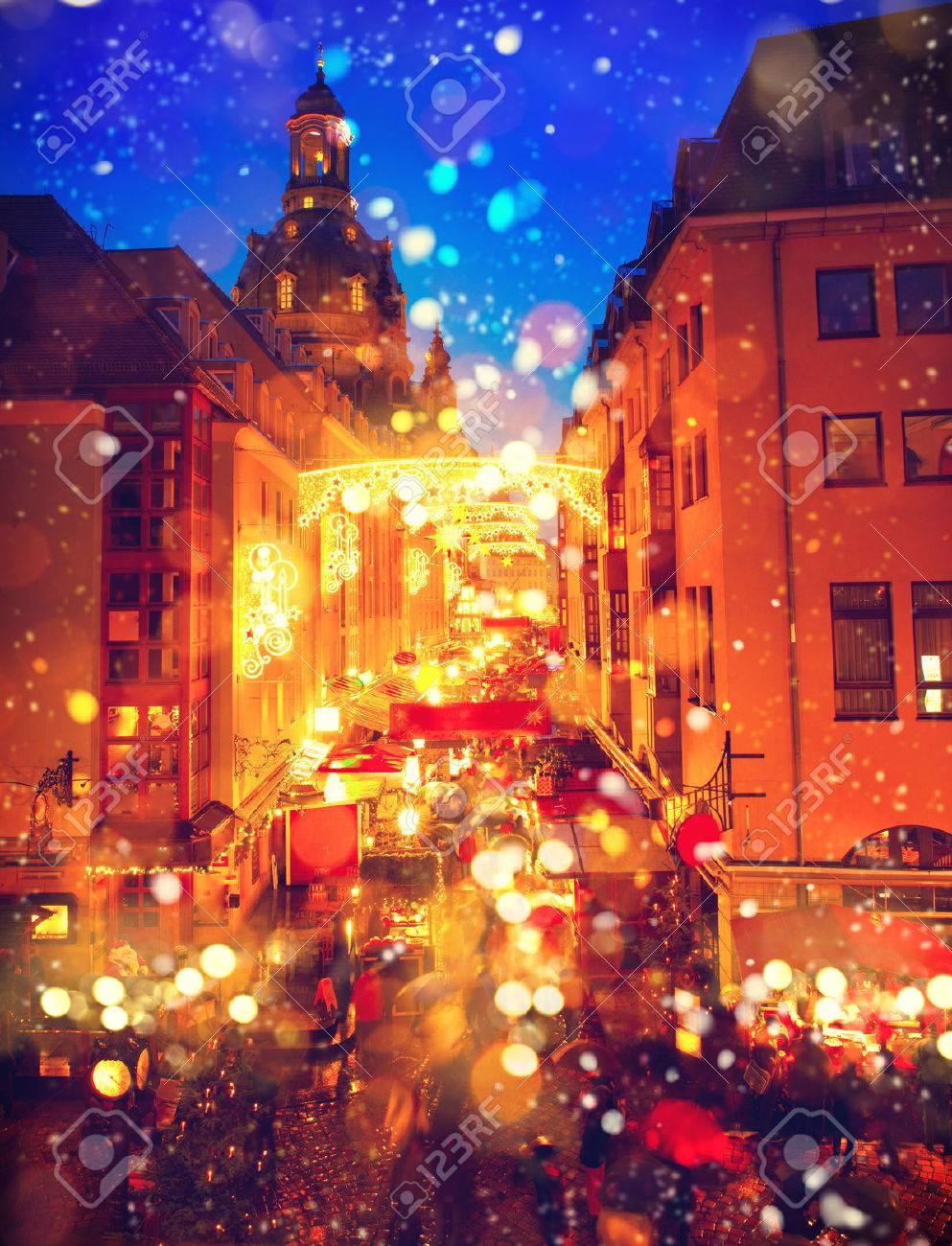 Traditioneller Weihnachtsmarkt In Einem Alten Europäischen Stadt ...