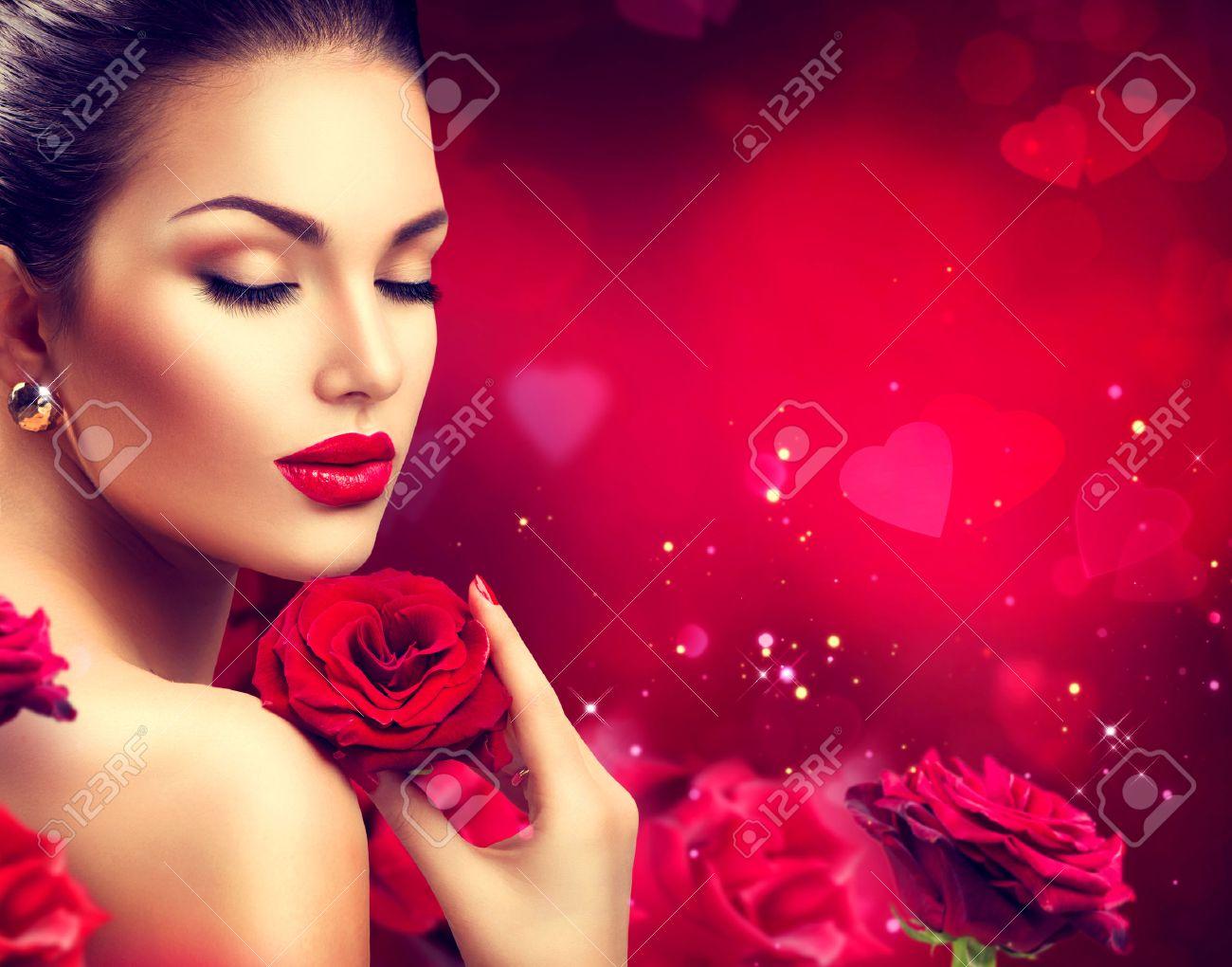 10787e32b87 Foto de archivo - Mujer de la belleza romántica con flores rosas rojas. Día  de San Valentín