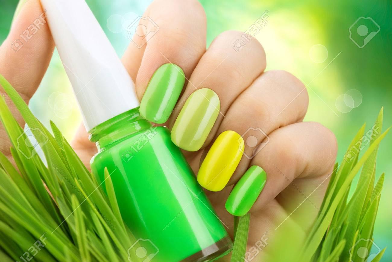 Manicura Primavera. Naturaleza Fresca De Moda Las Uñas Verdes Fotos ...