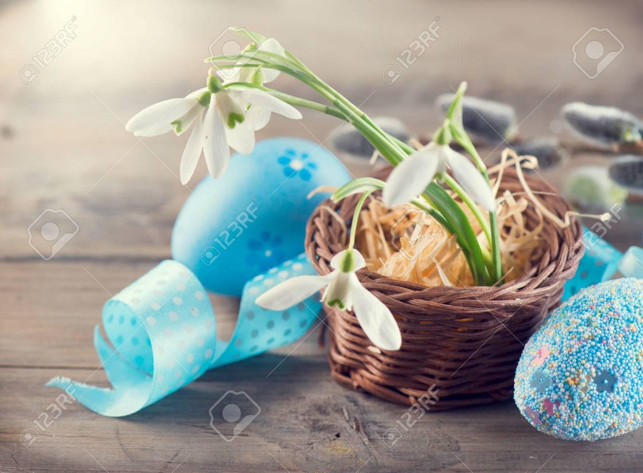 Ostern Konzept Bunte Blaue Eier Und Frühling Schneeglöckchen Blumen