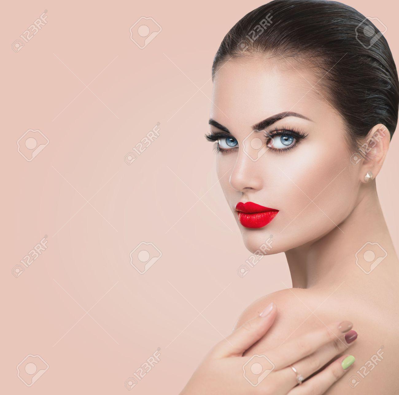 Fabuleux Beauté Mannequin Femme. Fille Avec Des Lèvres Sexy Rouges Et Les  WZ84