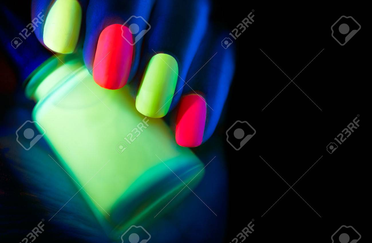Esmalte De Uñas Fluorescente. Clavos Modelo De Moda Mujer En La Luz ...