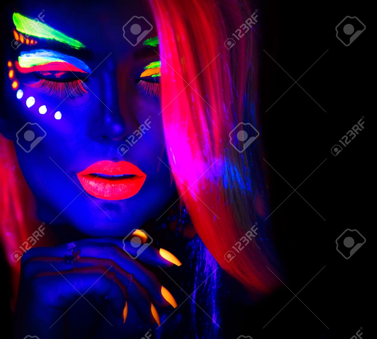 Foto de archivo , Mujer modelo de moda en luz de neón, de la bella joven modelo con maquillaje fluorescente