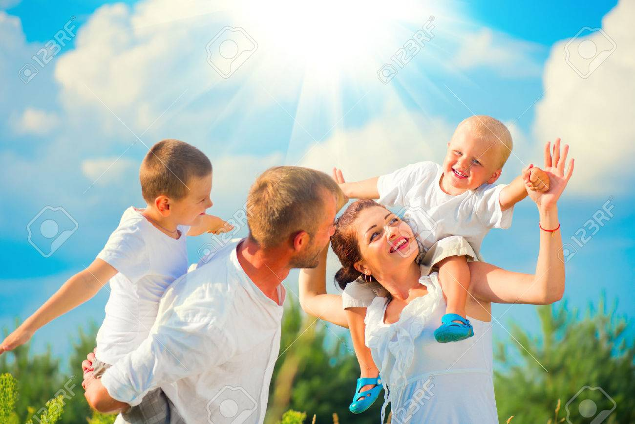 Happy young family with two children having fun together Banque d'images - 61732163