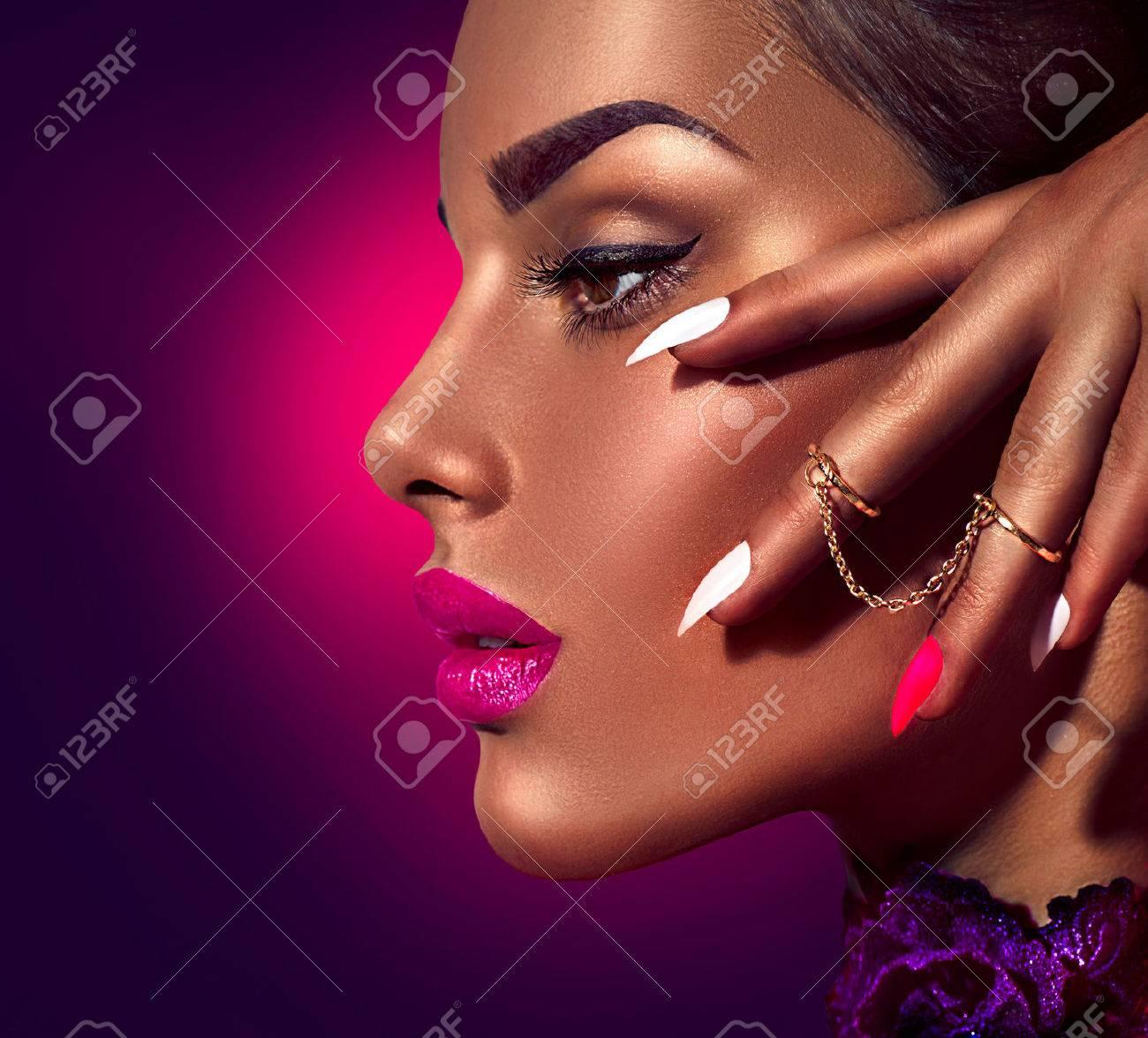 Sexy model with brown skin and purple lips over dark background Banque d'images - 61789363