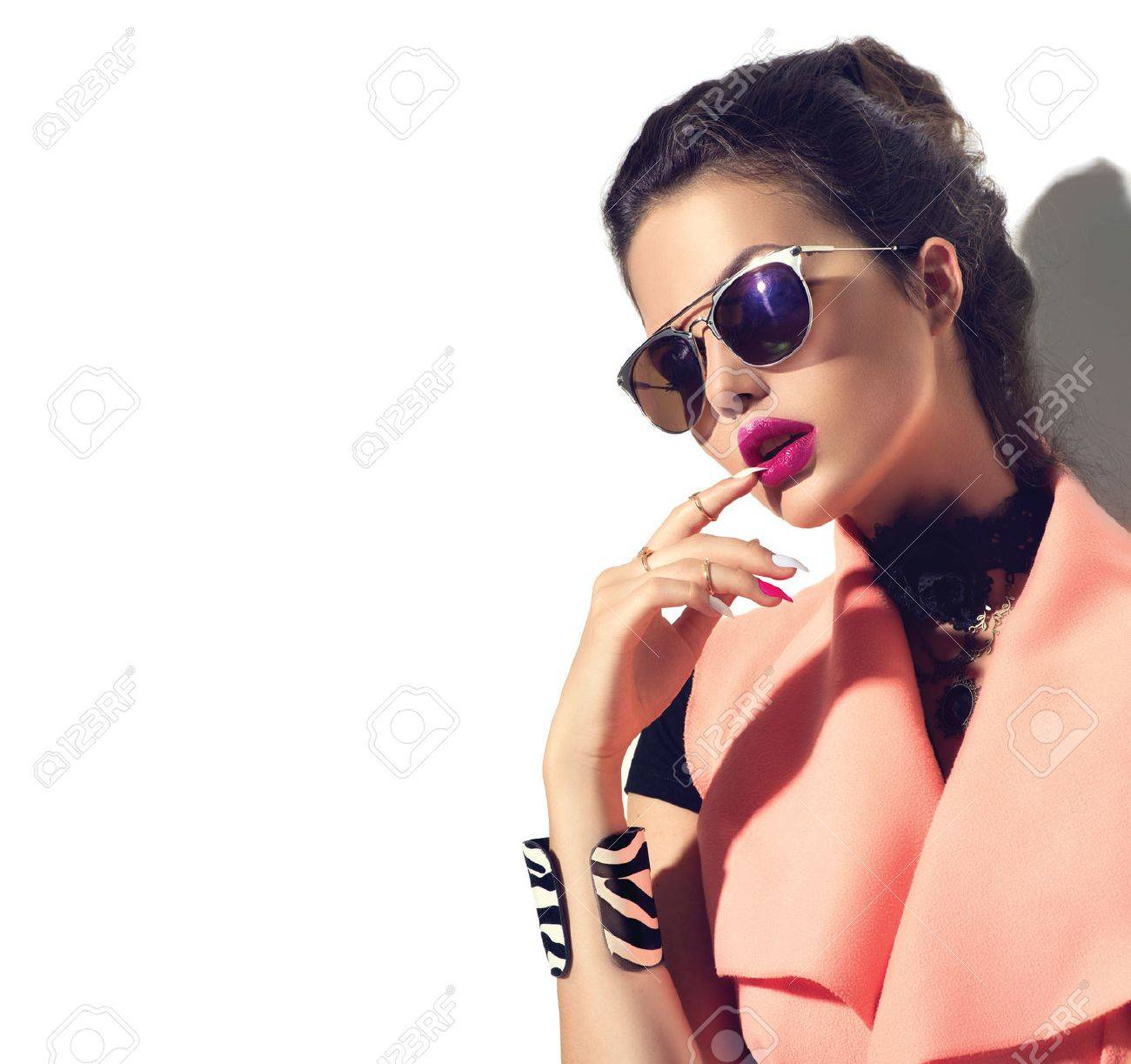 Beauty fashion model girl with brown hair wearing stylish sunglasses Banque d'images - 61789364